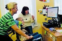 Míša Čermák u počítače, který mu umožňuje komunikovat s okolím a učit se.
