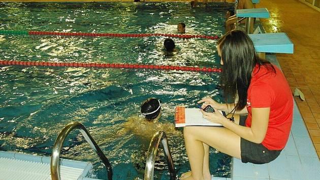 Plavecká soutěž měst v krytém bazénu v Ústí nad Orlicí.