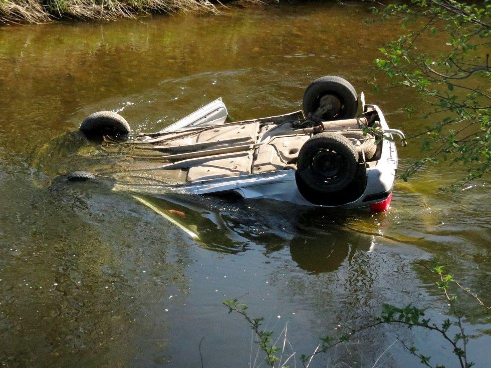 """Žena """"zaparkovala"""" auto v korytě řeky"""