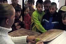 VZÁCNÁ MAKETA ĎÁBLOVY BIBLE, která vznikla v Žamberku v knihařské dílně Jiřího Fogla, je k zhlédnutí v Letohradě.