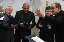 Na festivalu zpíval i biskup Josef Kajnek (druhý zleva).