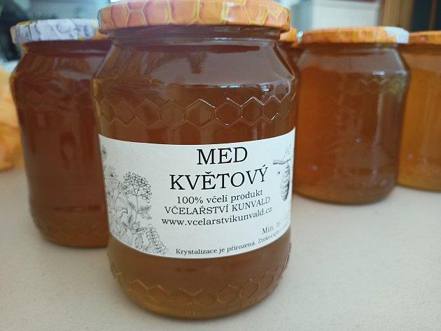 Málo medu? Může za to příliš mnoho včelařů a rychlý nástup jara.