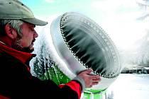 """Vrtulové sněžné dělo v areálu Peklák za ideálních podmínek """"chrlí"""" až 64 kubíků technického sněhu za hodinu. Na snímku je Pavel Lochman, strojník lyžařského areálu."""