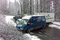 U Brandýsa nad Orlicí řidiči  nezvládli kluzkou silnici a výsledkem byla hromadná nehoda šesti aut.