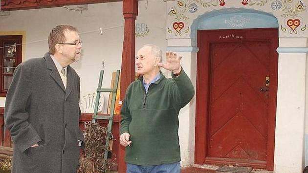 Hejtman Radko Martínek s Václavem Uhrem před hájenkou.