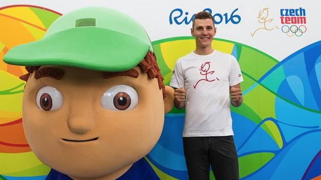 MISE RIO ZAČÍNÁ. Těsně před odletem zapózoval obhájce olympijského zlata fotografům. Jaroslav Kulhavý se přesunul do Brazílie, kde bude 21. srpna bojovat o jednu z medailí.