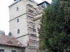 Choceňskou věž obepíná lešení.