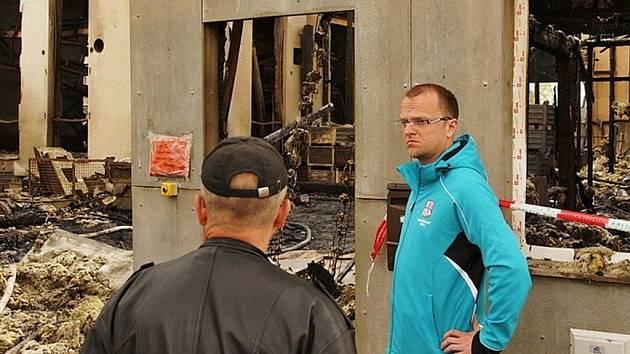 Hejtman Martin Netolický si prohlédl následky ničivého požáru galvanovny v Lanškrouně.