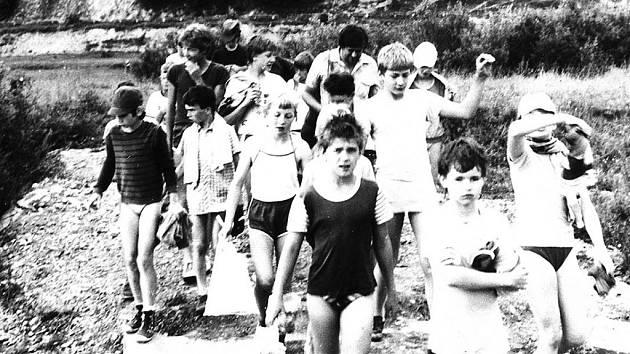 První zachytil klášterecké školáky ve slovenských Vikártovcích, tehdy to prý byla opravdu obec na konci světa. Snímek je z druhé poloviny sedmdesátých let.