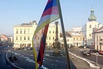 Vlajka Tibetu vlaje na radnici v Chocni.