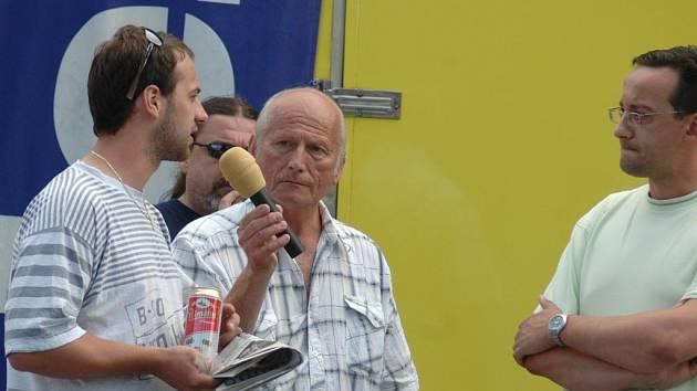 Redaktor Jiří Koníček, místostarosta František Jiraský při diskuzi s občany města.