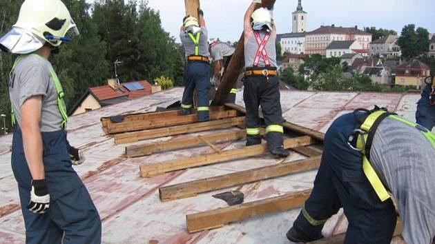 Střecha poničená větrem v Lanškrouně.