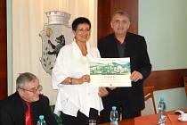 Starosta Jablonného nad Orlicí Miroslav Wágner přebírá cenu za nejlepší přípravu a realizaci programu regenerace památkových rezervací a zón v Pardubickém kraji v loňském roce.
