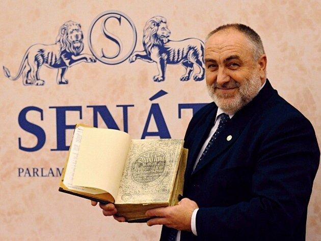 Senátor Petr Šilar s Biblí Kralickou.