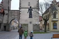 Pražskou bránu, před níž stojí nedávno odhalená socha Přemysla Otakara II., by měla opět zdobit Alšova sgrafita.