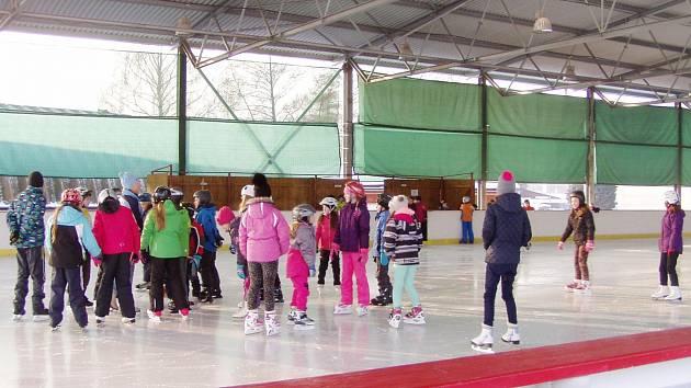 Na zimním stadionu v Ústí nad Orlicí bruslí i školáci.