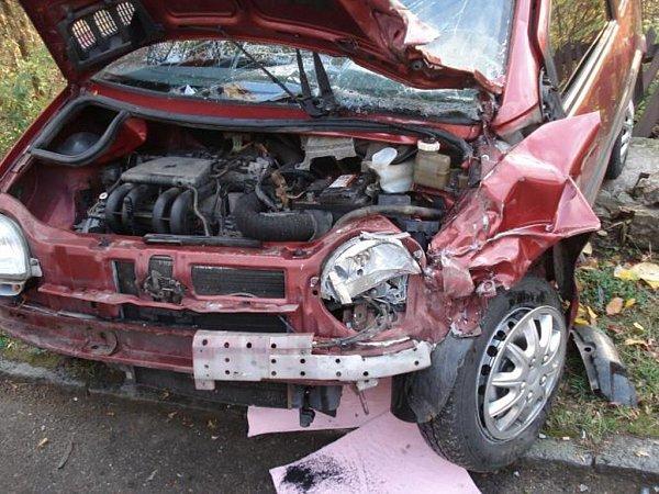 Kombajn se střetl sosobním vozem.