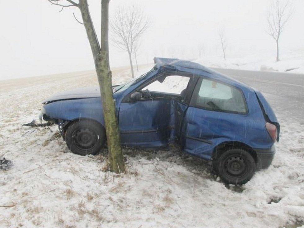 Nehoda fiatu mezi Rozsochou a Mostkem si vyžádala dvě zranění.