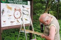 Léto je také časem oprav na naučné stezce Údolím Skuhrovského potoka.