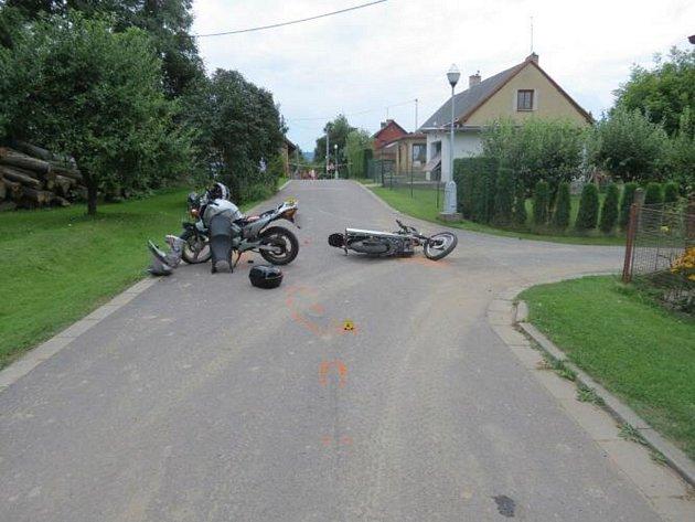 Střet dvou motorkářů v obci České Libchavy.