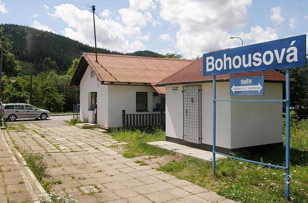 Vlaková zastávka v Bohousové.