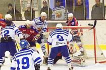 BRANKOSTROJ na třebovském ledě začal hned v první třetině. Jak hráči začali, tak také skončili. Diváci si mohli vychutnat ofenzivní hokej, který je potěšil, o to méně pak trenéry. Kohouti přetlačili Hlinsko 10:7.