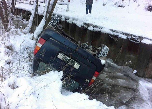 """Auto skončilo v potoce, řidič se """"vypařil""""."""