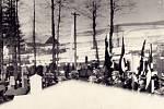 Pohřeb Rolfa Pohla v roce 1943 na hřbitově v Horní Dobrouči. Uprostřed v pozadí u sloupu stojí dva školáci, Jan Špinler a Stanislav Dušek.