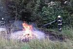 Stoupající dým v lese u Chocně.