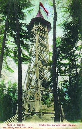 První dřevěná rozhledna na Andrlově chlumu.