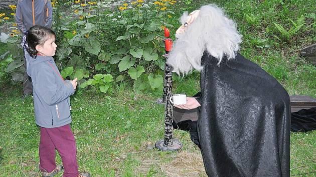 Při strašidelné procházce v Letohradu se děti setkají s patnácti až dvaceti pohádkovými bytostmi.