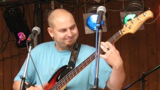 baskytarista kapely Fish Fingers Martin Štantejský.