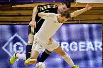 VYSOKOMÝTSKÝ Pavel Formánek se snaží obrat o míč kapitána domácího mužstva Lukáše Rešetára.