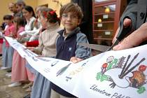 """Na slavnostním stříhání pásky se podílely vedle představitelů států, kraje a obce i """"Čiperky z Čeperky""""."""