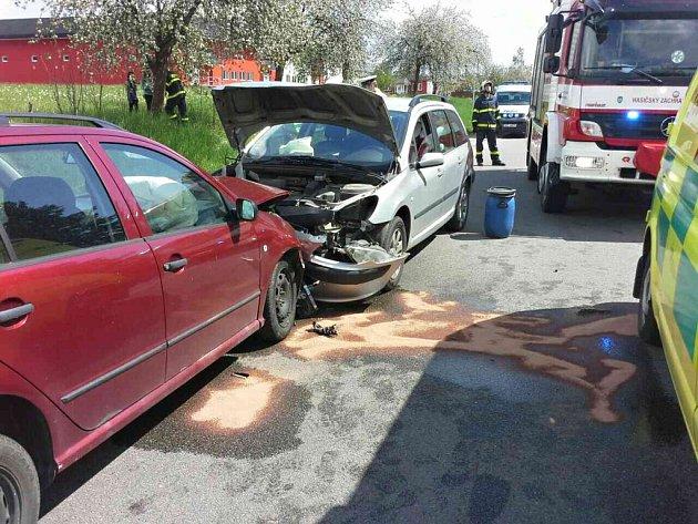 Čelní střet dvou automobilů si vyžádal osm zraněných včetně dvou dětí.