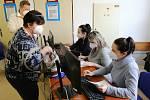 Od začátku února funguje v Orlickoústecké nemocnici očkovací centrum. Očkovacích týmů přibývá.