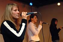 Singing Girls v Modrém trpaslíku.