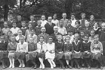 Karel O. Hubálek (uprostřed mezi učiteli) se svými žačkami. Fotografie pochází z období před rokem 1918.