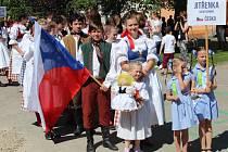 Dětský folklorní soubor Jitřenka na slovenském festivalu Krojované bábiky v Popradu.