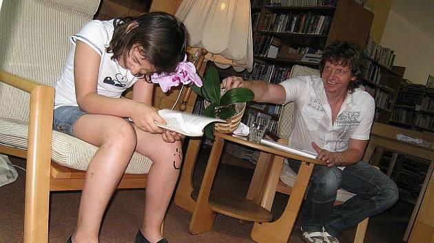 Čtení dětí z knihy Paní Láryfáry doplnil svými kresbami a improvizací Adolf Dudek.