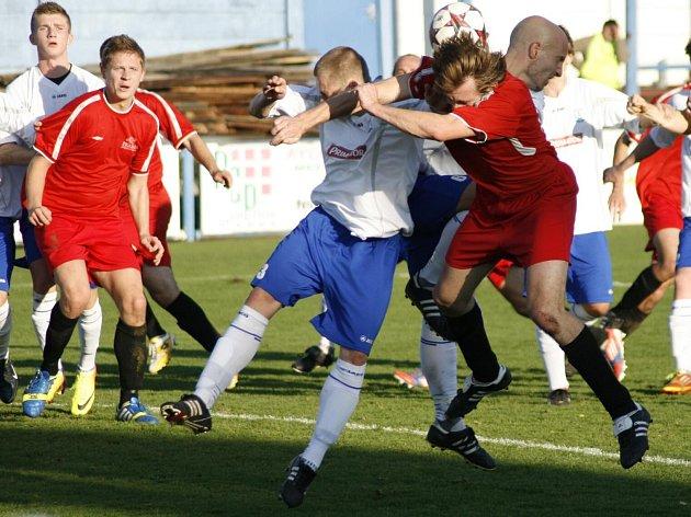 Fotbalisté Mýta (v červeném) remizovali v Náchodě 1:1.