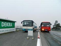 Řidiči autobusů při škole smyků.