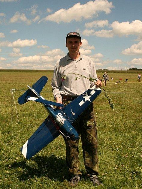 Martin Musiolek se svým havarovaným modelem, který mu ve vysoké trávě pomáhal hledat vrtulník