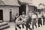 Francouzští partyzáni jdou položit věnec do Horní Dobrouče,  kde byl zastřelen jejich  kamarád.