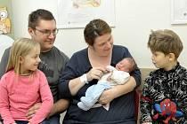 Adam Mikyska těší rodiče Olgu a Pavla i sourozence Anetku a Šimonka z Nekoře. Narodil se 1. 1. v 1.59 hodin, kdy vážil 3,80 kg.
