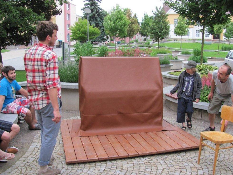 Z instalace piana na ústecké Kociance.
