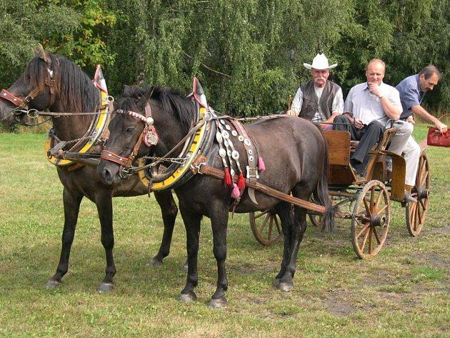 Milan Dvořák (vlevo), spolupořadatel třebovické Hubertovy jízdy, se starostou semanína Janem Smolou při nedávných oslavách výročí obce.