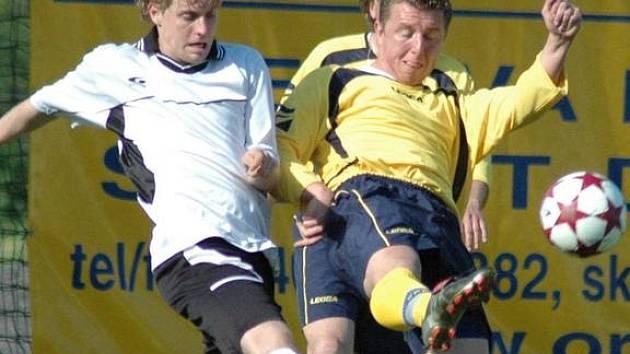 V bojovném utkání Choceň - Ústí musel rozhodčí třikrát vytáhnout červenou kartu.