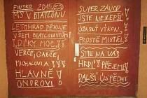 Vzkazy českým biatlonistům na vratech u domu, kde bydlí rodiče Ondřeje Moravce.