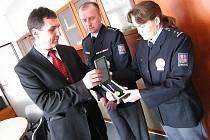 VLADIMÍR VÍCH a JANA ŠEDOVÁ, policisté z Obvodního oddělení Policie ČR ve Vysokém Mýtě, převzali vyznamenání za statečnost z rukou Radka Malíře, ředitele Krajského ředitelství policie Pardubického kraje.
